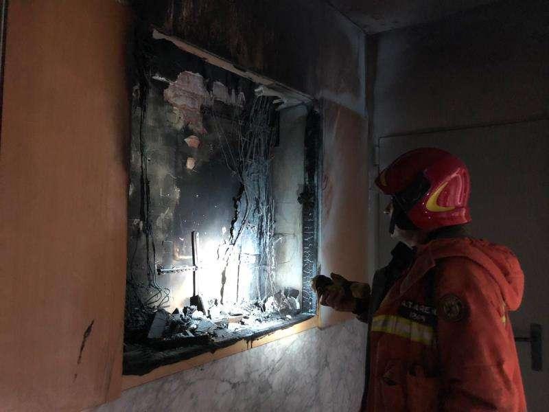 El incendio se inició en el cuadro de contadores. Foto cedida por el Consorcio de Bomberos