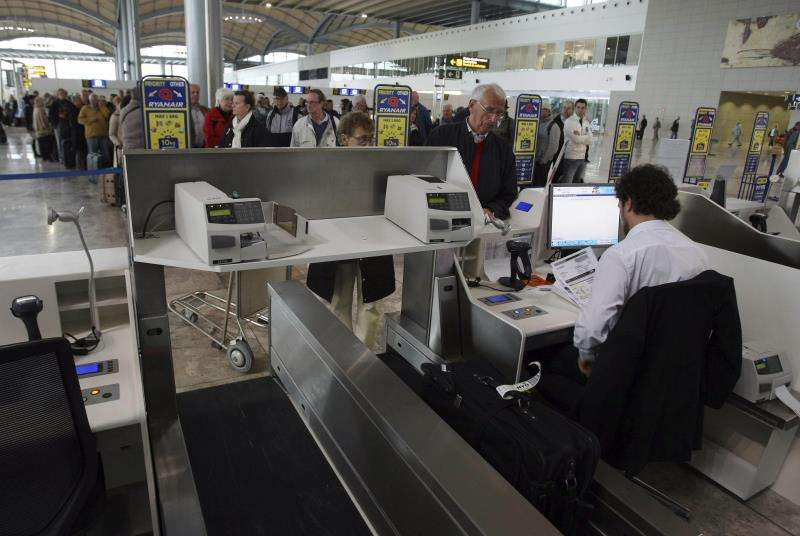 Zona de facturación de equipaje del aeropuerto de Alicante-Elche. EFE/Archivo