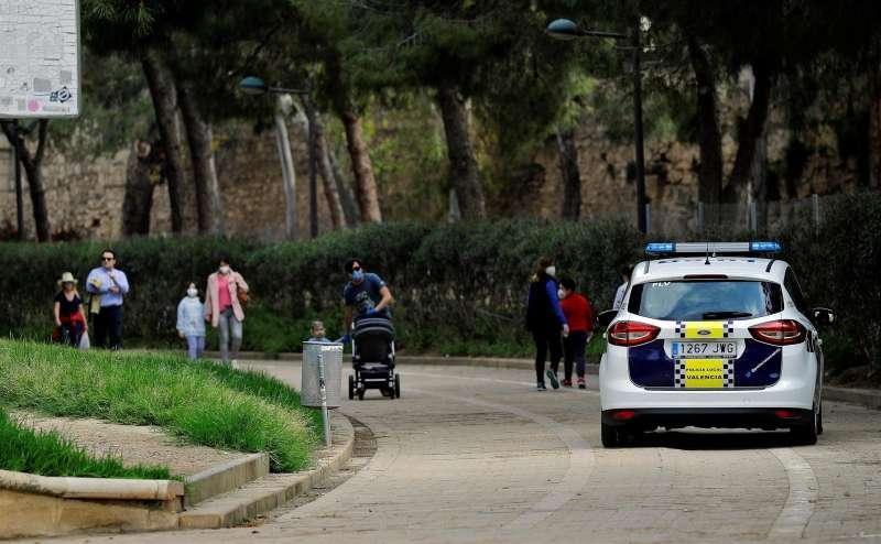 Un coche de la Policía Local de Valencia circula por el jardín del río Turia.