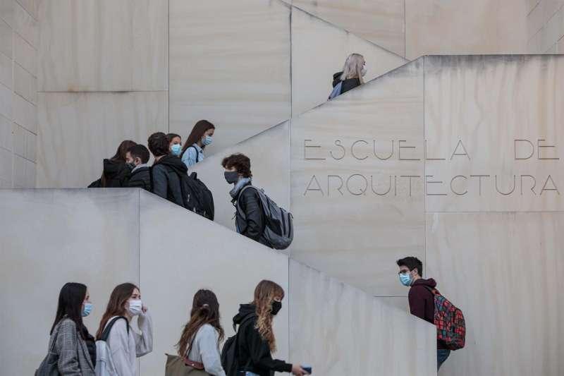 Alumnos universitarios en una imagen de archivo tomada en un campus de la Universidad Politécnica de Valencia.