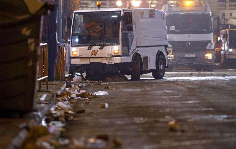 Los servicios de limpieza recogen restos de basura tras una noche de fiesta durante las Fallas. EFE/Archivo
