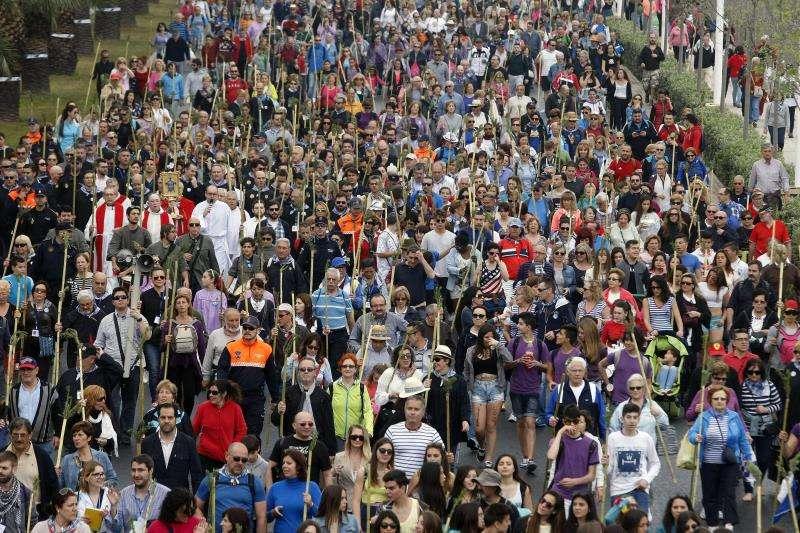 Miles de alicantinos echan a andar a primera hora del día hacia el monasterio que guarda la Santa Faz. EFE/Archivo