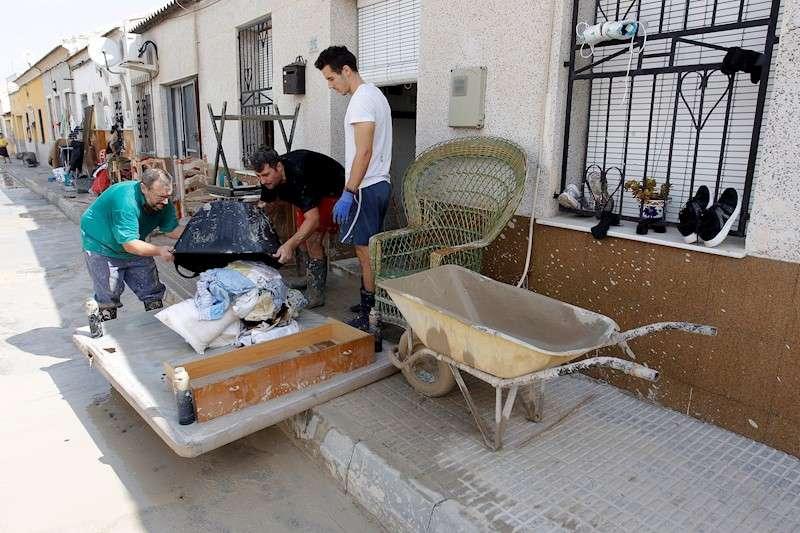 Vecinos de Almoradí afectados por el desbordamiento del río Segura tras el paso de la gota fría. EFE/Morell