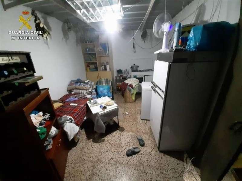El lugar donde estaba la mujer retenida, en una imagen difundida por la Guardia Civil. EFE