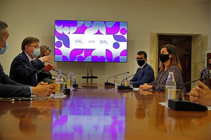 El president de la Generalitat, Ximo Puig (i) , se reúne con la presidenta de Baleares, Francina Armengol (d) , para tratar asuntos relacionados con las ayudas de los fondos europeos.