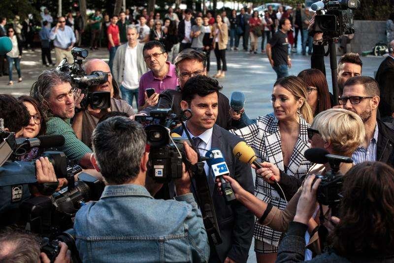 Javier Sánchez-Santos contesta a las preguntas de los periodistas a su llegada la Ciudad de la Justicia de València. EFE/Biel Aliño