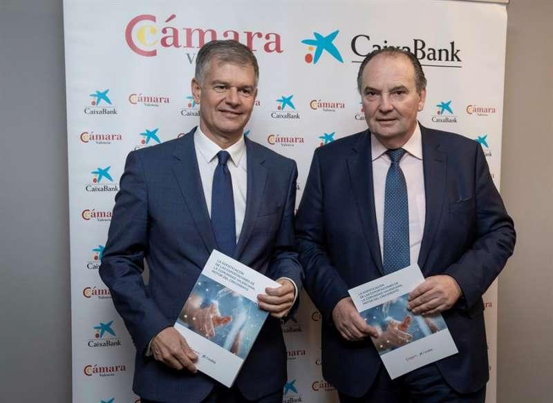 El presidente de la Cámara de Comercio de Valencia, José Vicente Morata (der), y el director territorial de CaixaBank en la Comunitat Valenciana, Xicu Costa (izq), en una imagen facilitada por Caixabank. -EFE