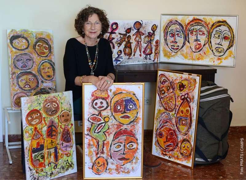 Carme Garrigós con las obras de la exposición. EPDA