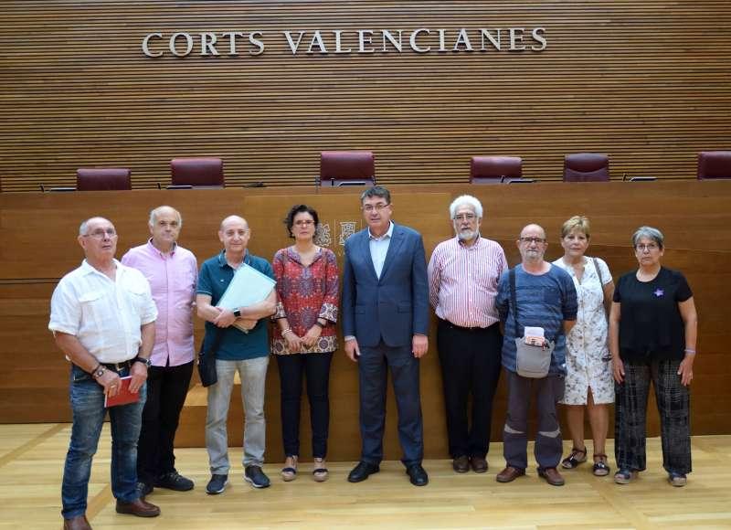 El President de Les Corts i la diputada autonòmica amb els representants de les associacions veïnals de Sagunt i Terol. EPDA