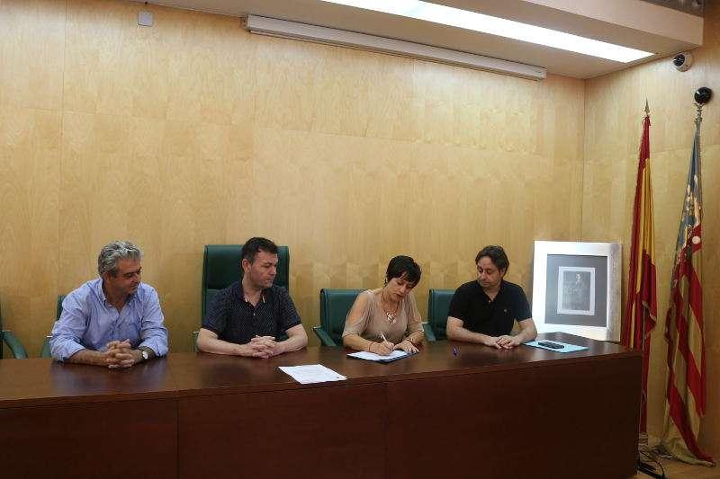 L?alcalde, Jesús Monzó i la Primera Tinent d?Alcaldessa, Lorena Silvent, signen el conveni amb els responsables d?EGEVASA. EPDA