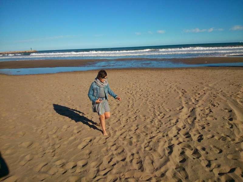 Carla paseando por la playa. //EPDA