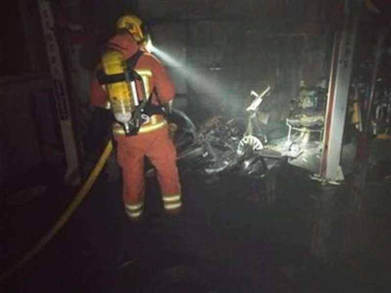 Un bombero del Consorcio trabaja en la extinción del incendio en una vivienda. Consorcio de Bomberos de Valencia