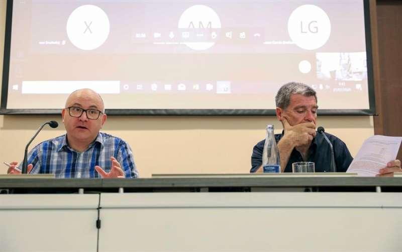 El presidente de la Autoridad Portuaria de Valencia, Aurelio Martínez (d), y el analista de coyuntura económica del Instituto de Economía Internacional (IEI), Vicente Pallardó