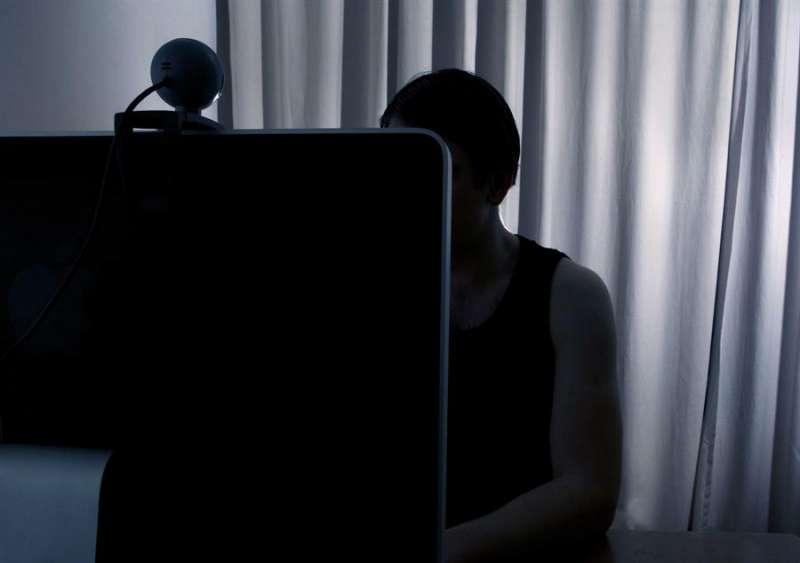 Imagen de archivo de un joven utilizando su ordenador. EFE
