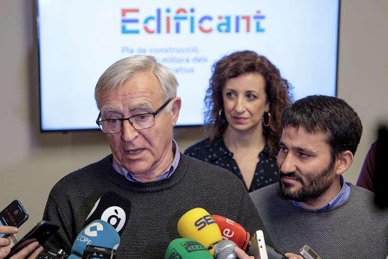 El alcalde de València, Joan Ribó (3i), en una atención a medios de este miércoles. EFE