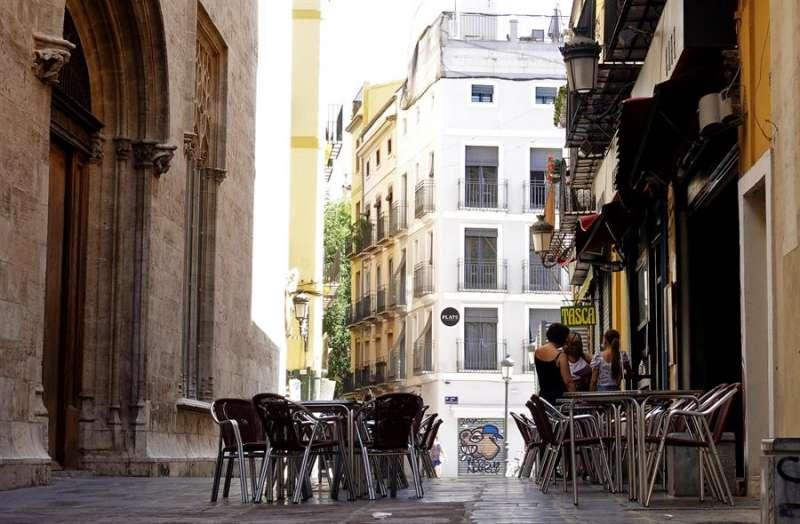 La terraza de un bar frente al edificio de La Lonja, en el centro histórico de València, permanece vacía. EFE