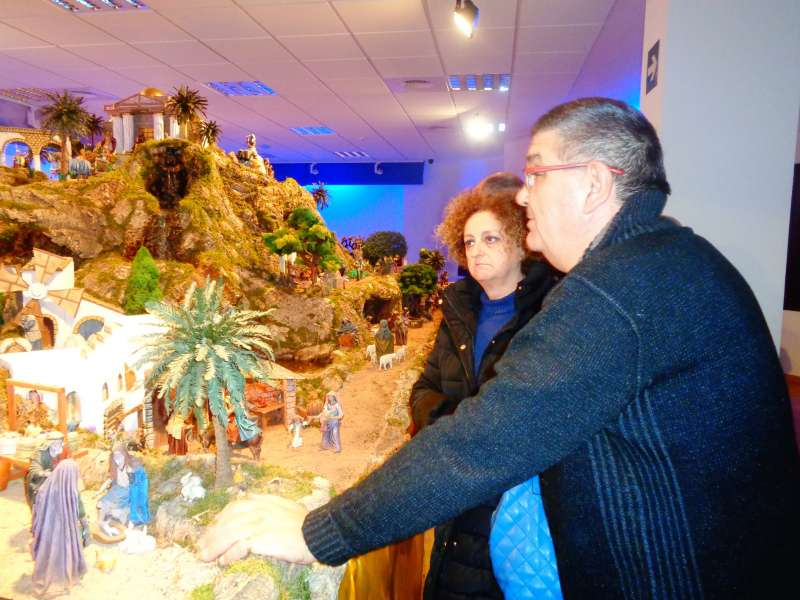 El artista explica el belén a una visitante de Casinos. FOTO MURGUI