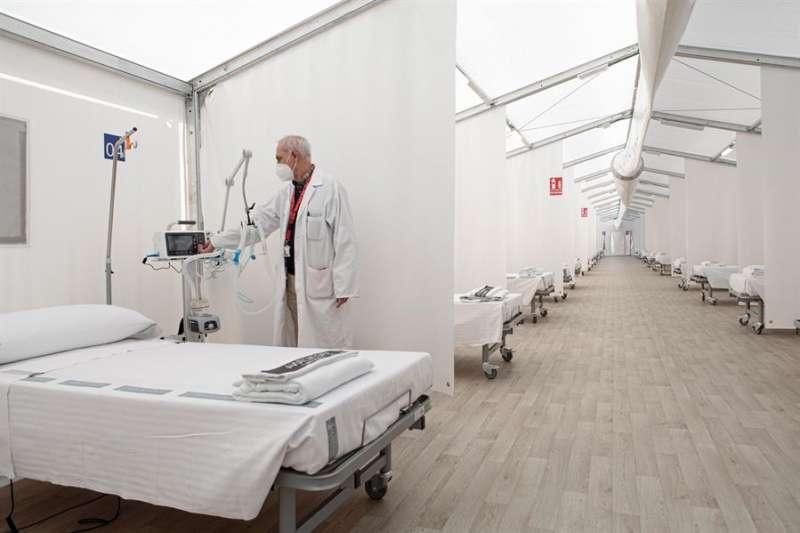 Un sanitario enciende un respirador del hospital de campa�a de La Fe de Val�ncia. EFE