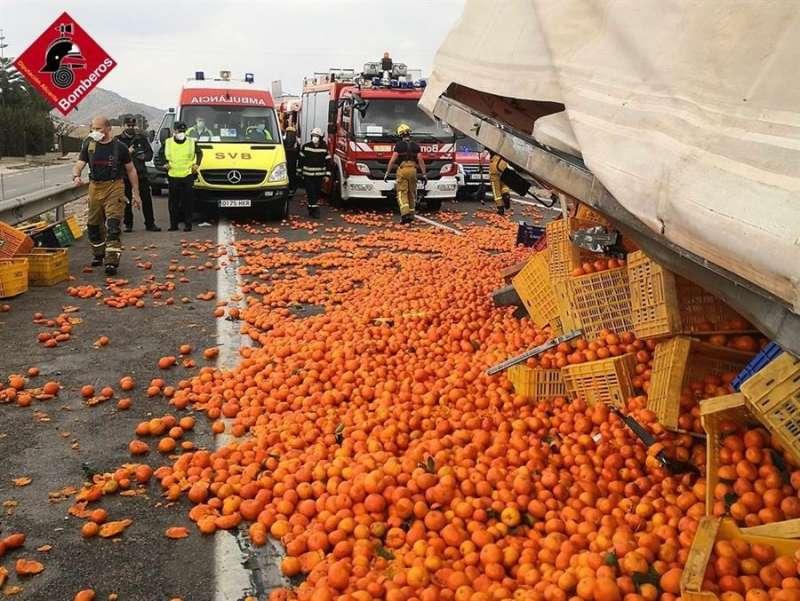 Una imagen del accidente, facilitada por el Consorcio Provincial de Bomberos. EFE
