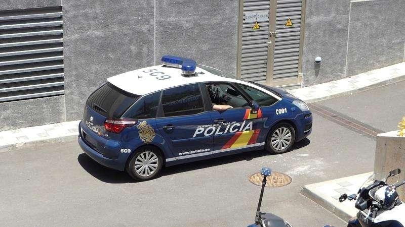 Un coche de la Policía Nacional traslada a detenidos. EFE/Archivo