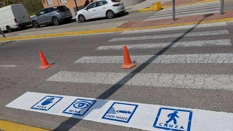 Pictogramas azules como los que piden estos padres en un paso de peatones / epda