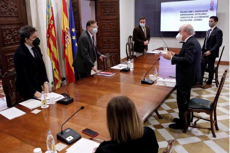 El president de la Generalitat, Ximo Puig (2º i), durante una reunión reciente con organizaciones y asociaciones de hosteleros. EFE