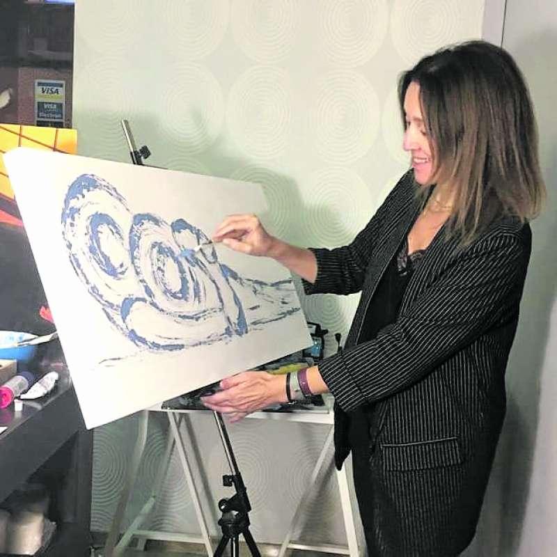 Ana Bonora realizando una de sus obras. / EPDA