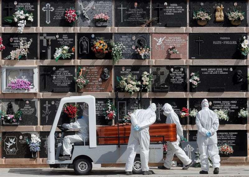 Personal del cementerio del Cabañal transporta un féretro. EFE/Kai Försterling/Archivo