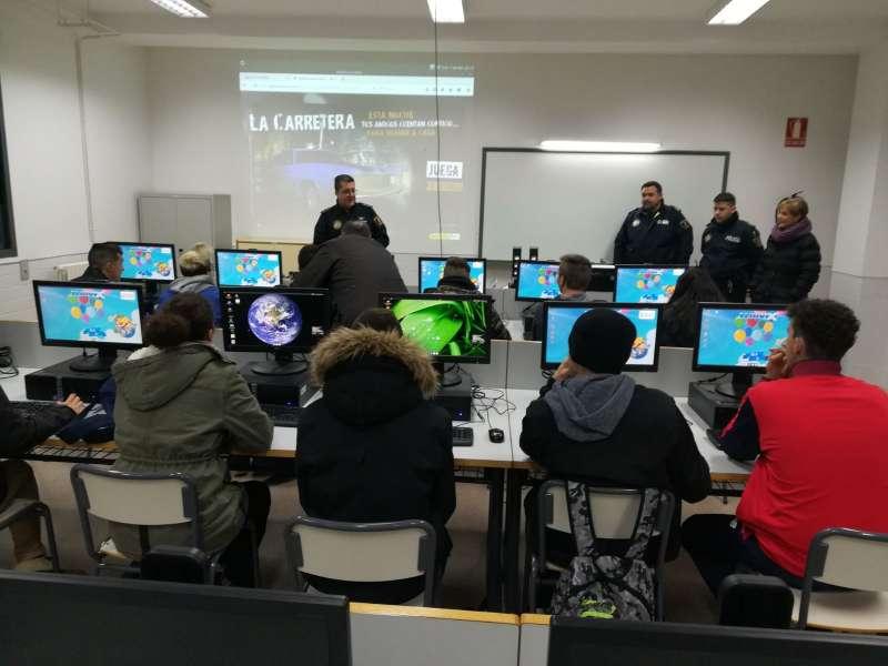 Policía Local Peñíscola durante charlas informativas en centros educativo.