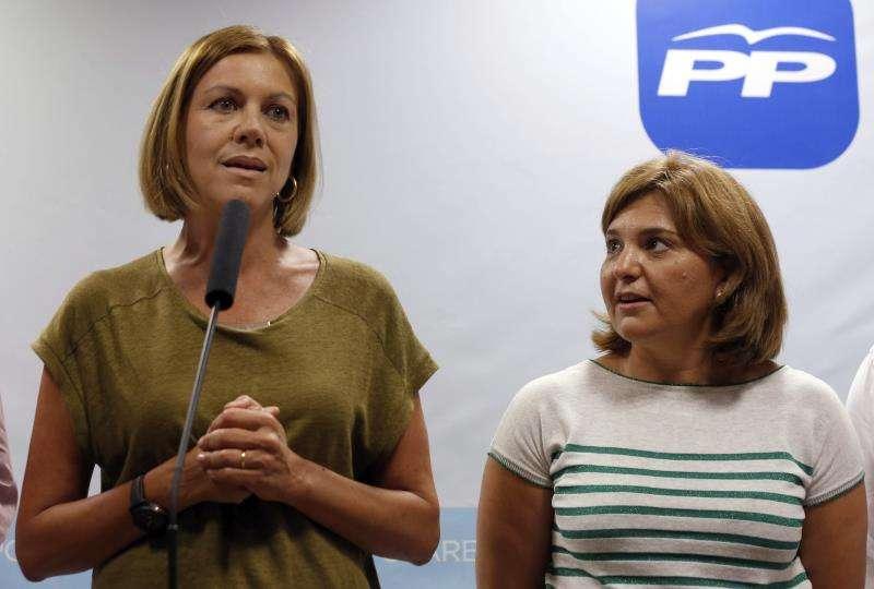 María Dolores de Cospedal (i) junto a la presidenta del PPCV, Isabel Bonig (d). EFE/Archivo
