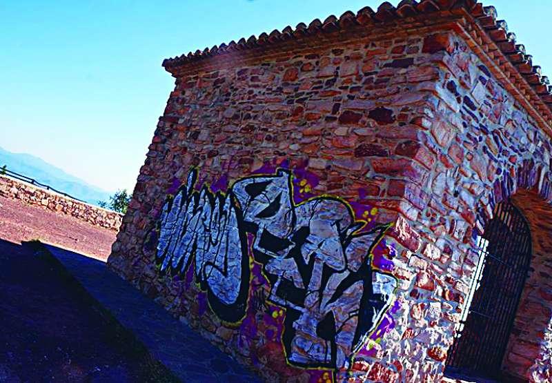 Grafitis en l?ermita de la Creu. EPDA