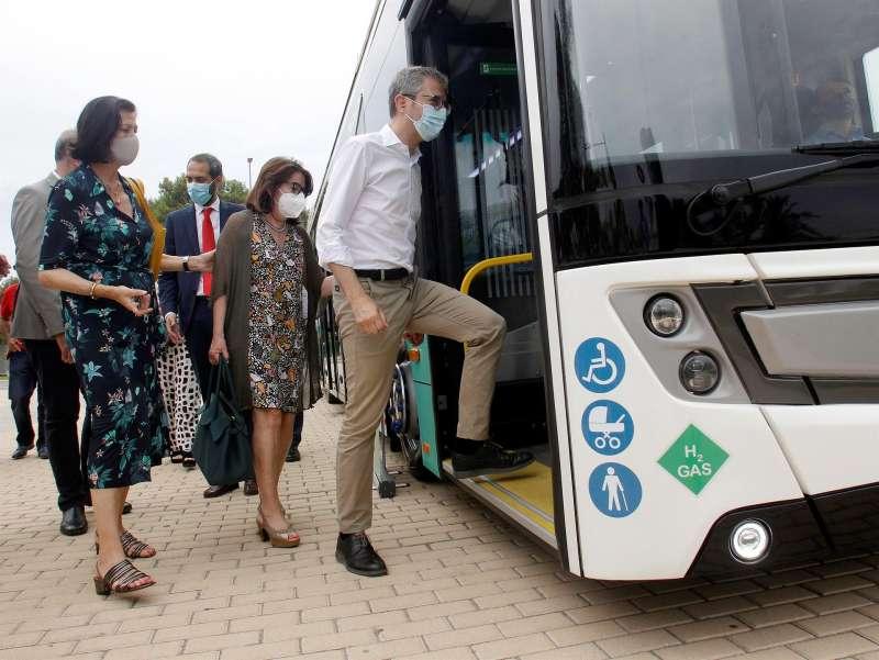 El Conseller de Política Territorial, Obras Públicas y Movilidad, Arcadi España, acompañado de la Rectora de la UA, Amparo Navarro, en la presentación de un autobús propulsado por hidrógeno.EFE