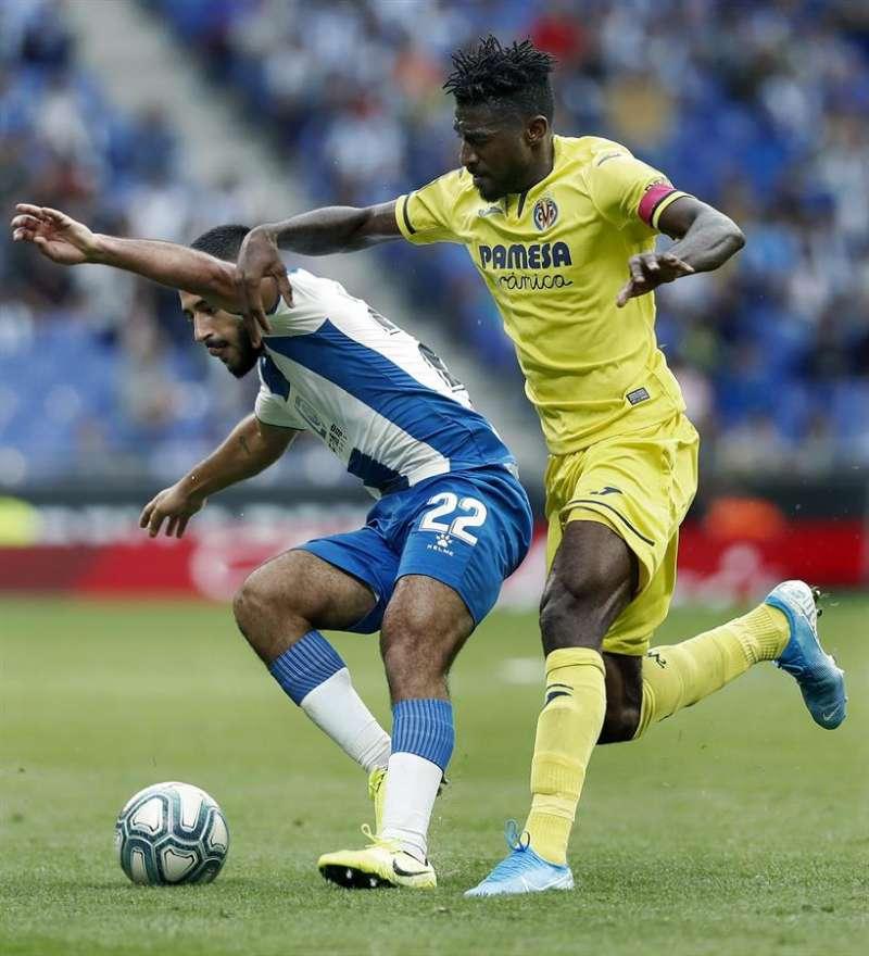 El centrocampista argentino del RCD Espanyol Matías Vargas (i) y el delantero camerunés del Villarreal Toko Ekambi (d) disputan un balón. EFE
