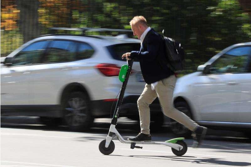 Un hombre circula con un patinete eléctrico. Archivo/EPDA