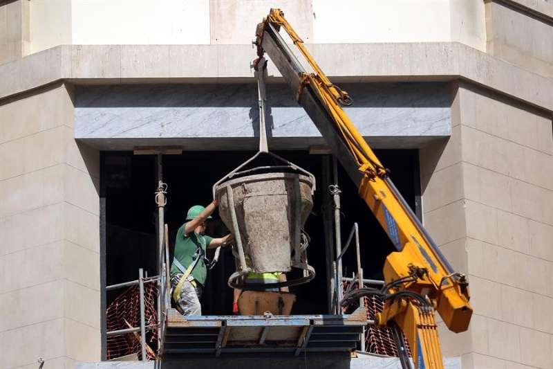 Unos empleados de la construcción, en una imagen de esta semana. EFE/Cristóbal García