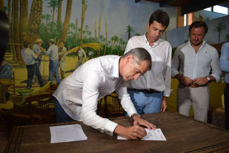 El portavoz autonómico de Ciudadanos, Toni Cantó, durante la firma del acuerdo. EPDA