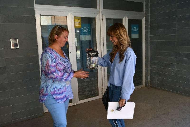 Alcaldesa de Benetússer recibe las llaves de las instalaciones de la piscina municipal. EPDA