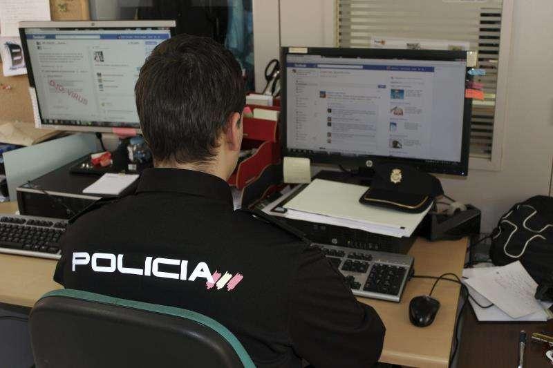 Un policía controla una página web