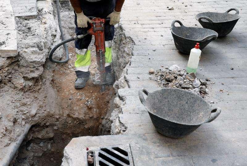 Una persona trabajando en una calle de València. EFE/Archivo