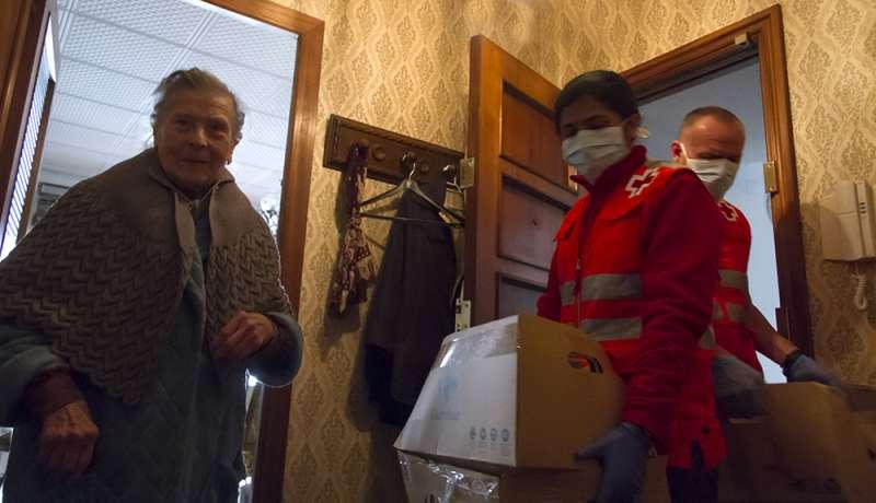 Servicio de atención de Cruz Roja a una persona mayor. / EPDA