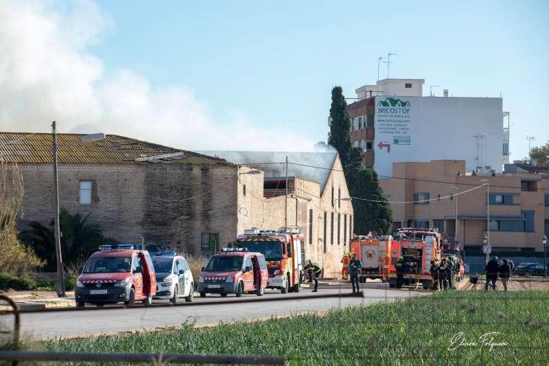 Despliegue de bomberos en la zona del incendio. Elvira Folguerà