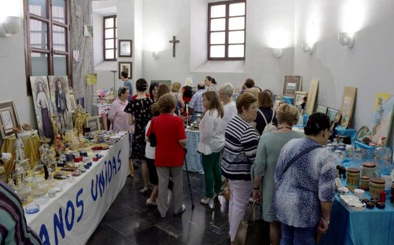 Un salón del seminario acoge la muestra de productos