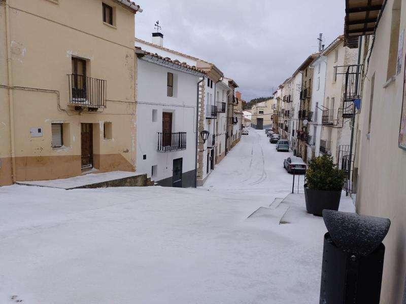 Imagen cedida por el Ayuntamiento de Aras de los Olmos con el paisaje nevado de sus calles. EFE