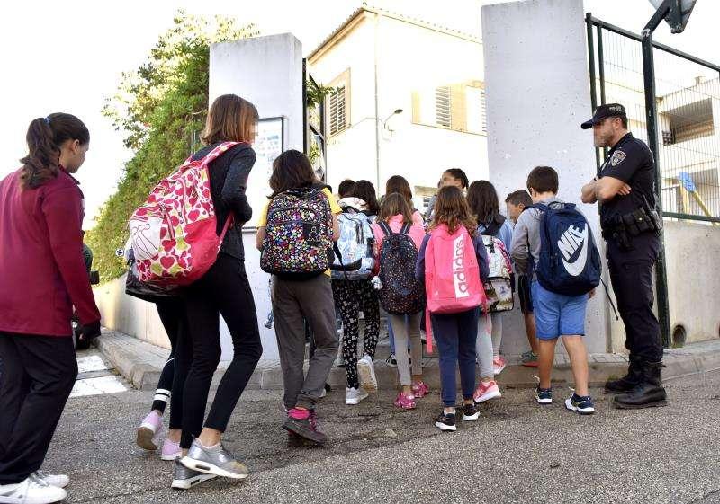 Niños entrando en un colegio. EFE/Archivo