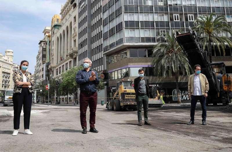 El alcalde de Valencia, Joan Ribó, la vicealcaldesa, Sandra Gómez , el vicealcalde Sergi Campillo y el concejal de Movilidad, Giuseppe Grezzi. EFE