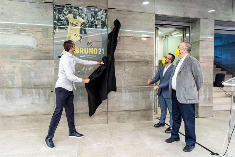 El exjugador del Villarreal Bruno Soriano (i) desvela la imagen suya que formará parte del