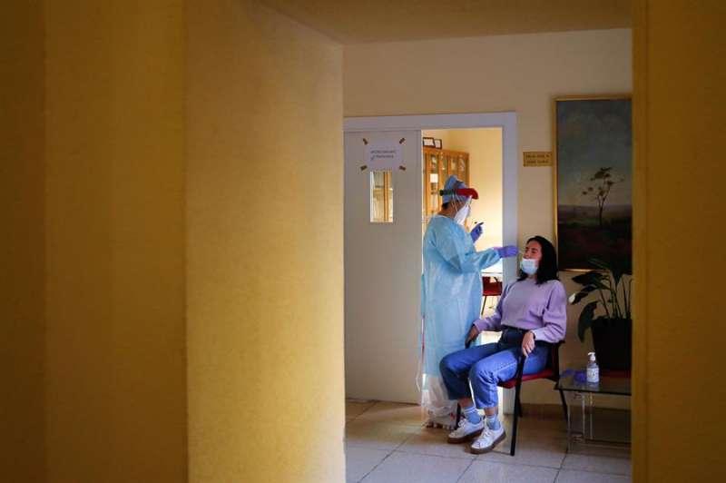 Personal sanitario realiza pruebas PCR. EFE/Emilio Naranjo/Archivo