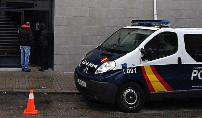 Un coche de la policía nacional en el escenario de un suceso. EFE/Archivo