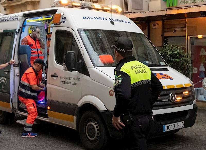 Una ambulancia en el lugar de un accidente laboral. EFE/Archivo