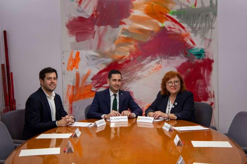 Bielsa con la nueva delegada y subdelegado de Gobierno, Gloria Calero y Roberto González. EPDA